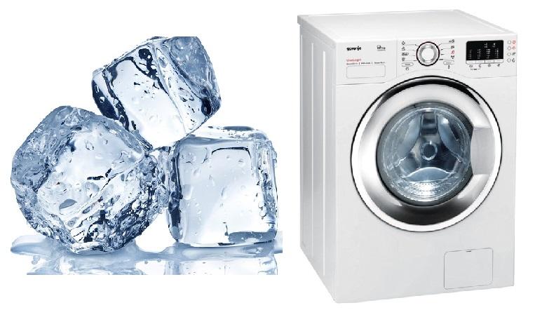 Ella pone cubos de hielo en la secadora
