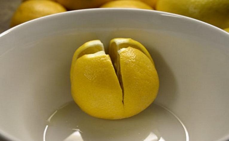 corta un limón y lo pone al lado de su cama