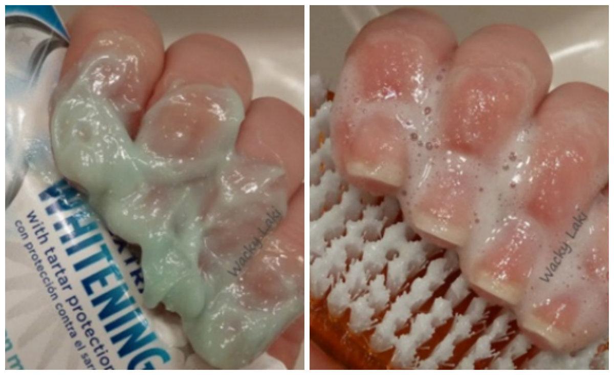 Ella pone pasta de dientes en sus uñas