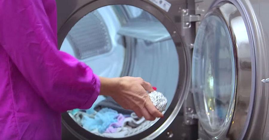 prueba agregar una bola de papel de aluminio a tu secadora