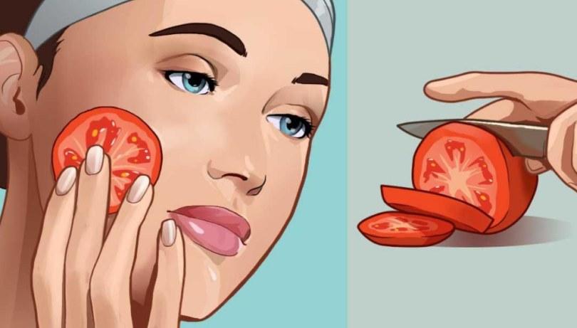 Ella frota rodajas de tomate en su rostro por un minuto