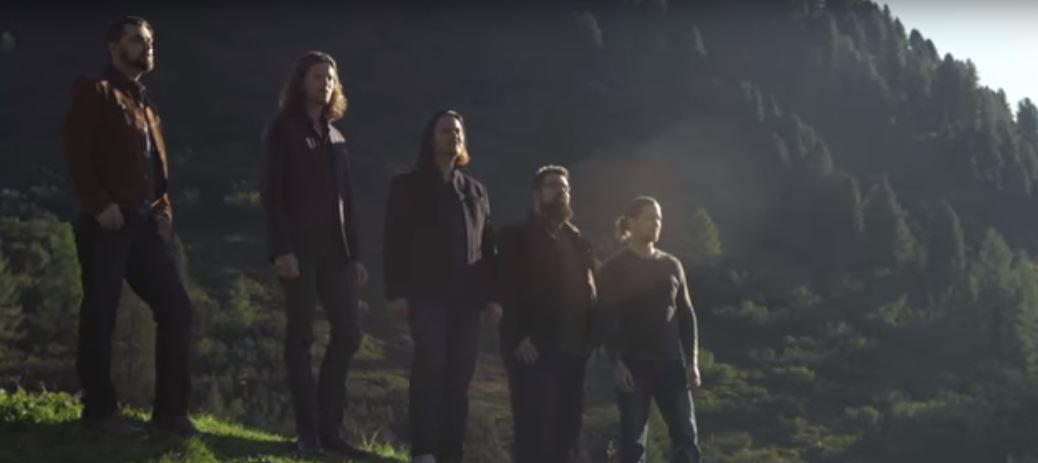 Un a capella de voces masculinas en l medio de las montañas