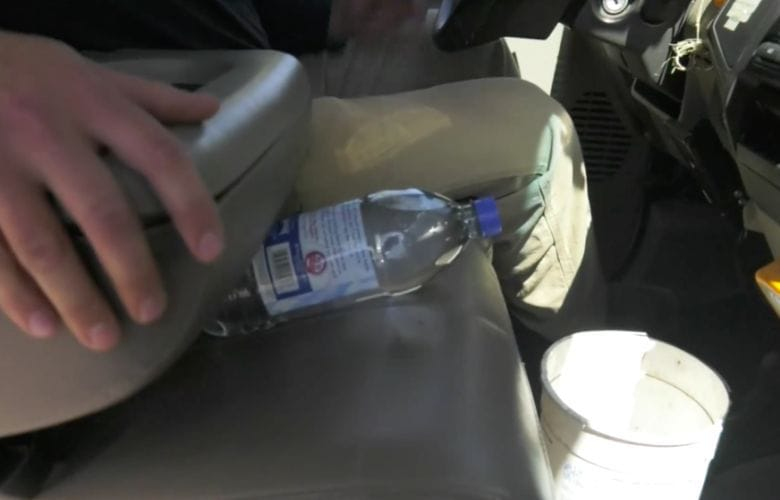 una botella de agua dentro de tu automóvil