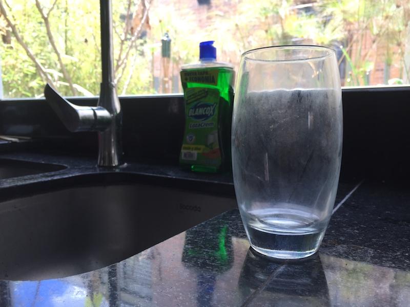 vasos lechosos se vuelven transparentes y brillantes